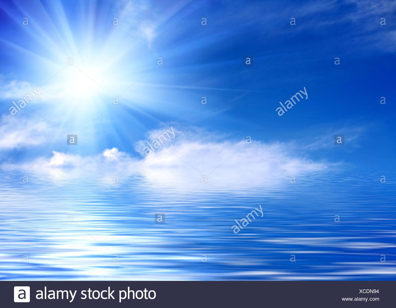 Azul cielo cubierto con nubes y sol y el reflejo en el agua Imagen De Stock