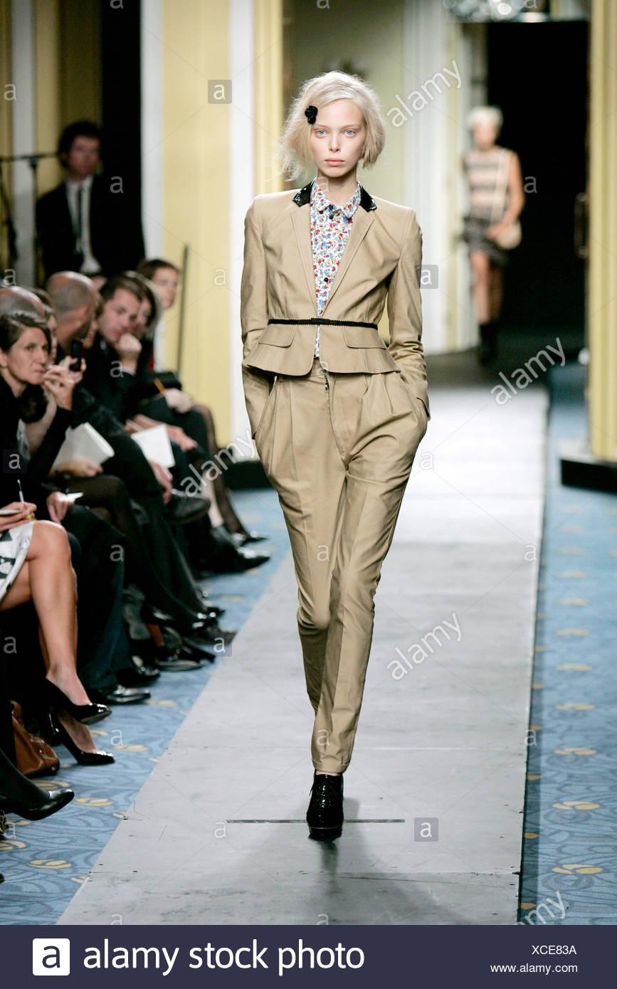 Luella Bartley Londres listo para vestir Primavera Verano modelo ruso  Polina Kouklina vistiendo chaqueta corta de e9043140b43