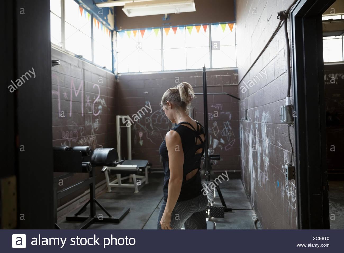 Colocar mujer halterofilia en pétreas gimnasio Imagen De Stock