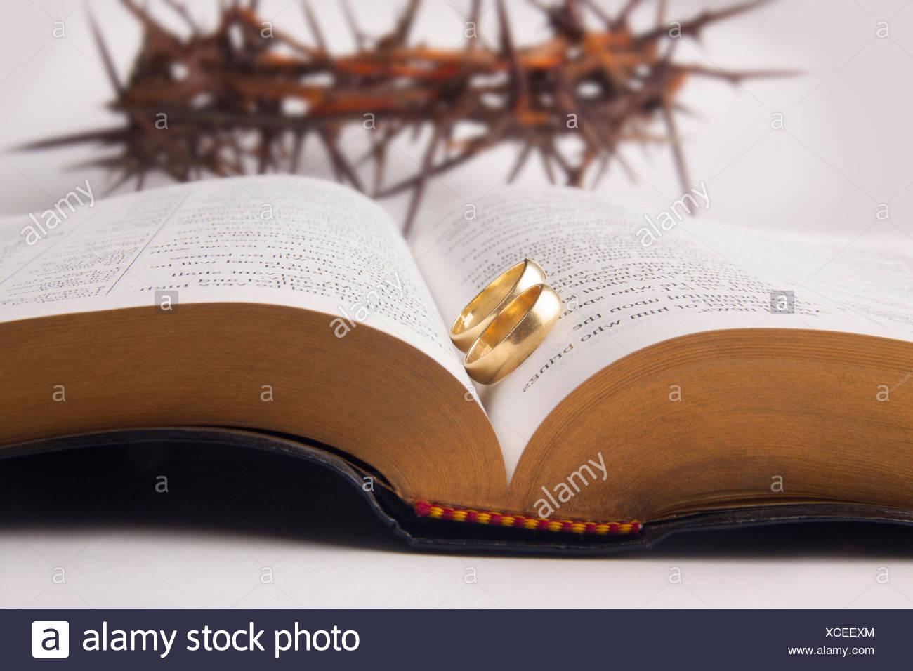 El Matrimonio Santa Biblia : Anillos de matrimonio en la santa biblia y corona de espinas foto