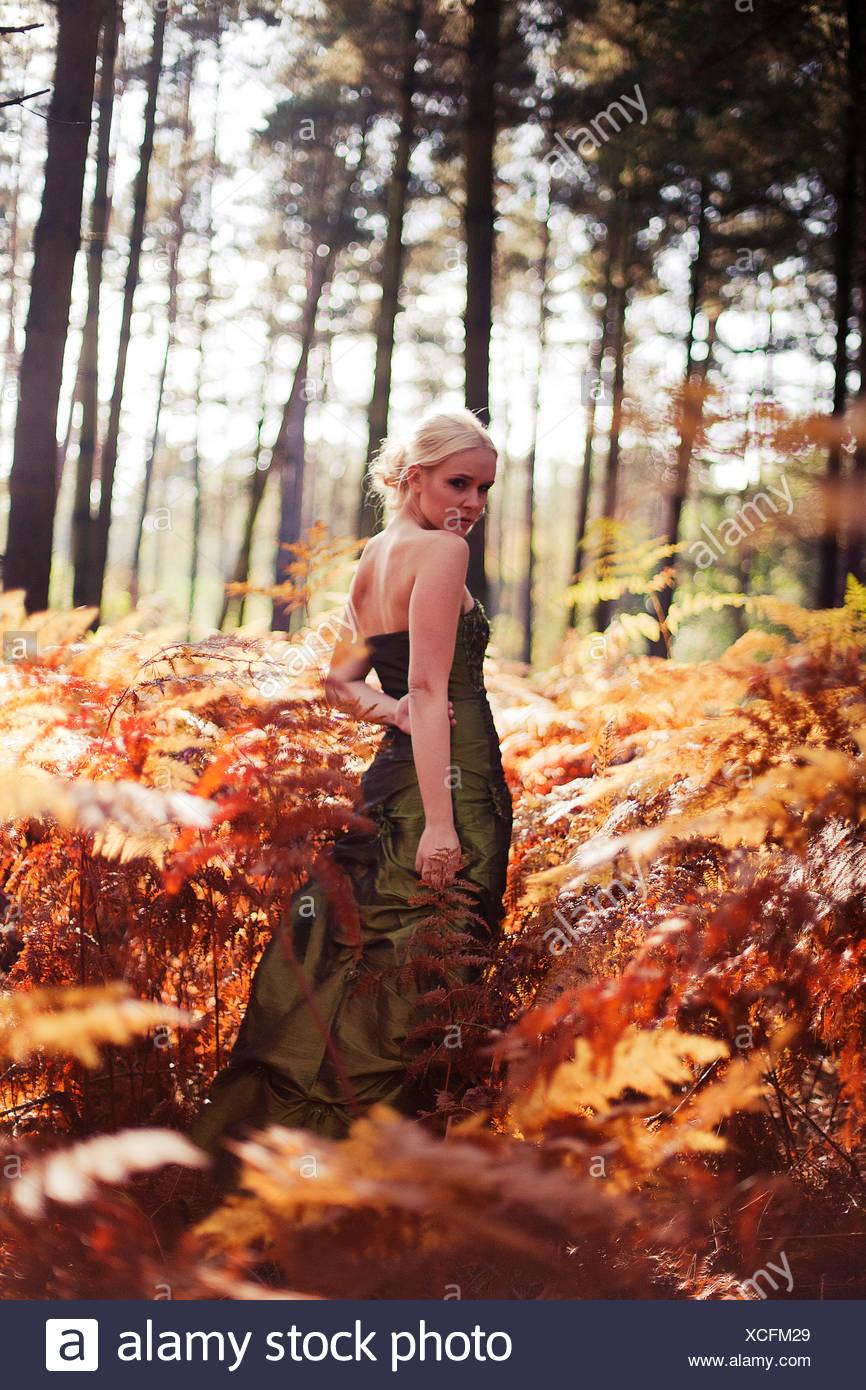 Mujer joven con vestido en el bosque Imagen De Stock
