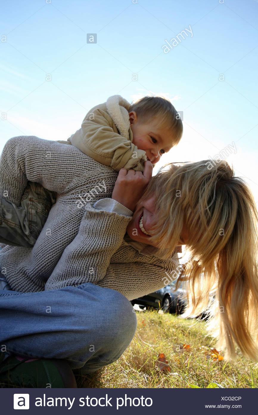 La madre con su hijo en una soleada pradera, Frankfurt, Alemania Imagen De Stock
