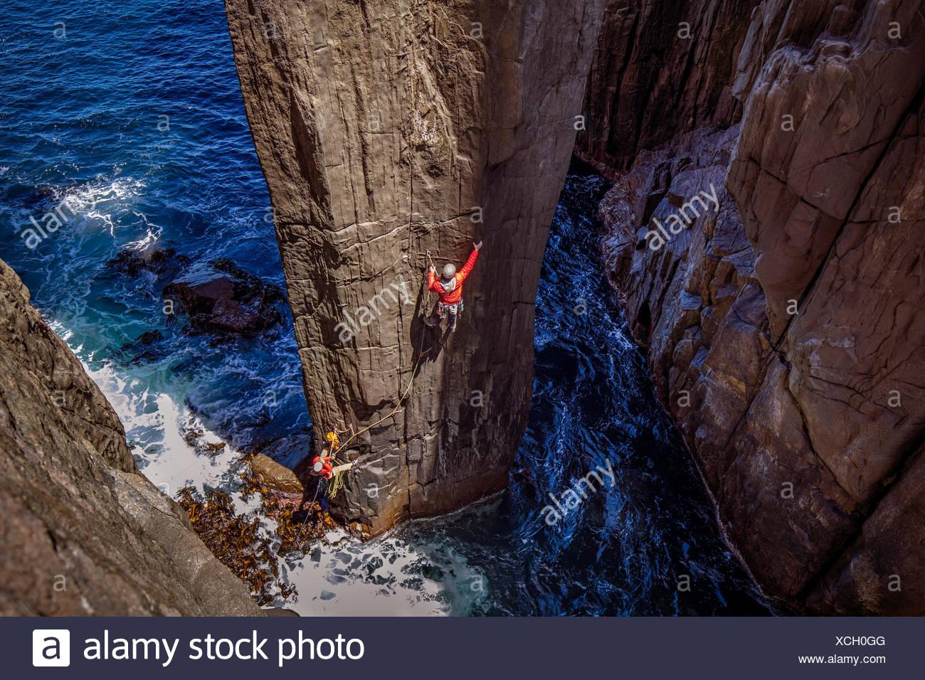 Dos escaladores en el inicio del primer lanzamiento del tótem. Imagen De Stock