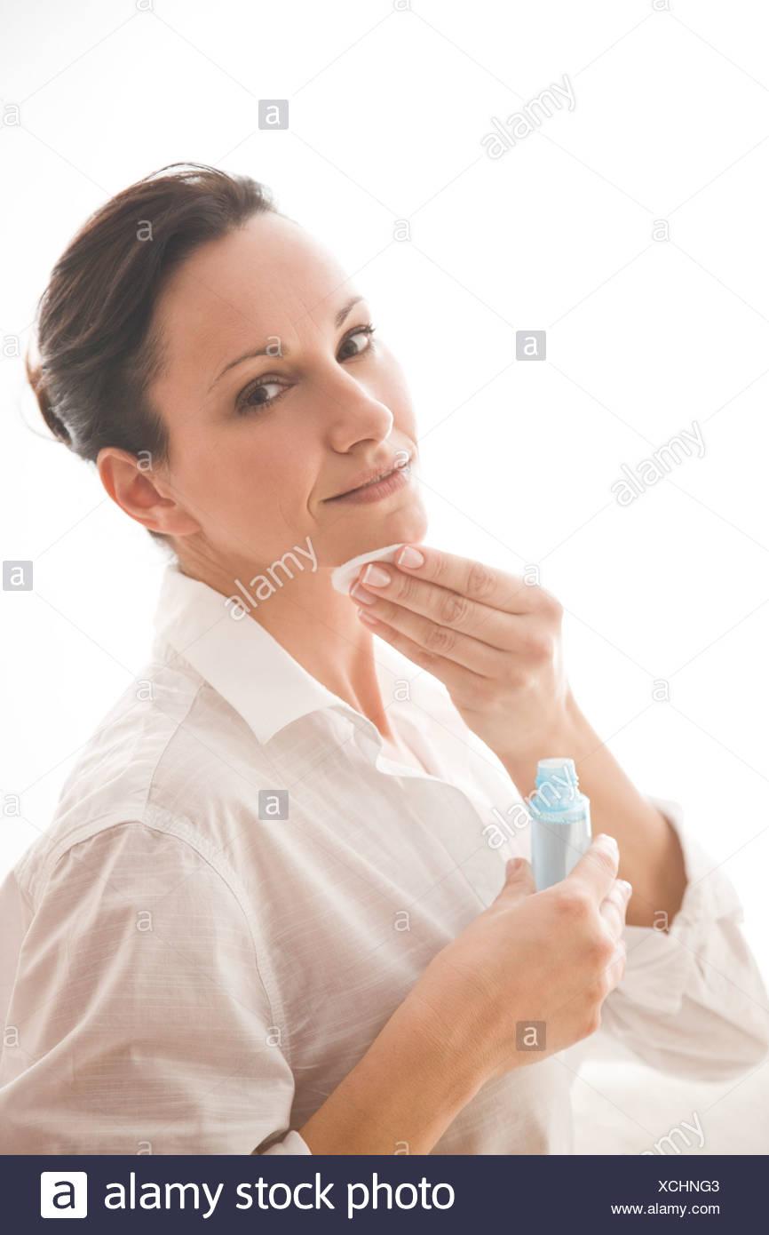 Mujer con tónico facial de limpieza Imagen De Stock