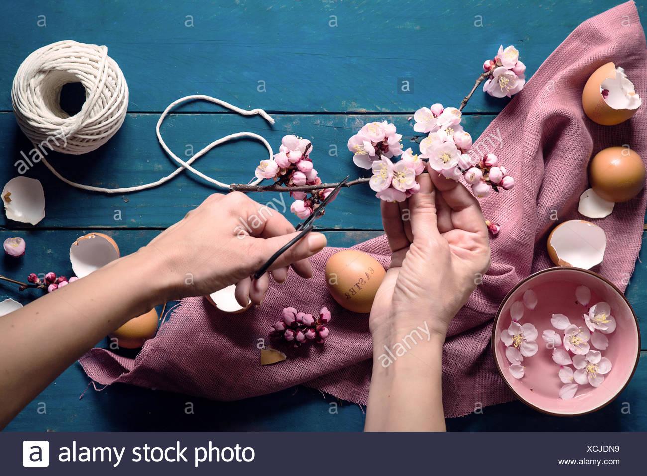 Manos de mujer haciendo corte decoración de Pascua Imagen De Stock