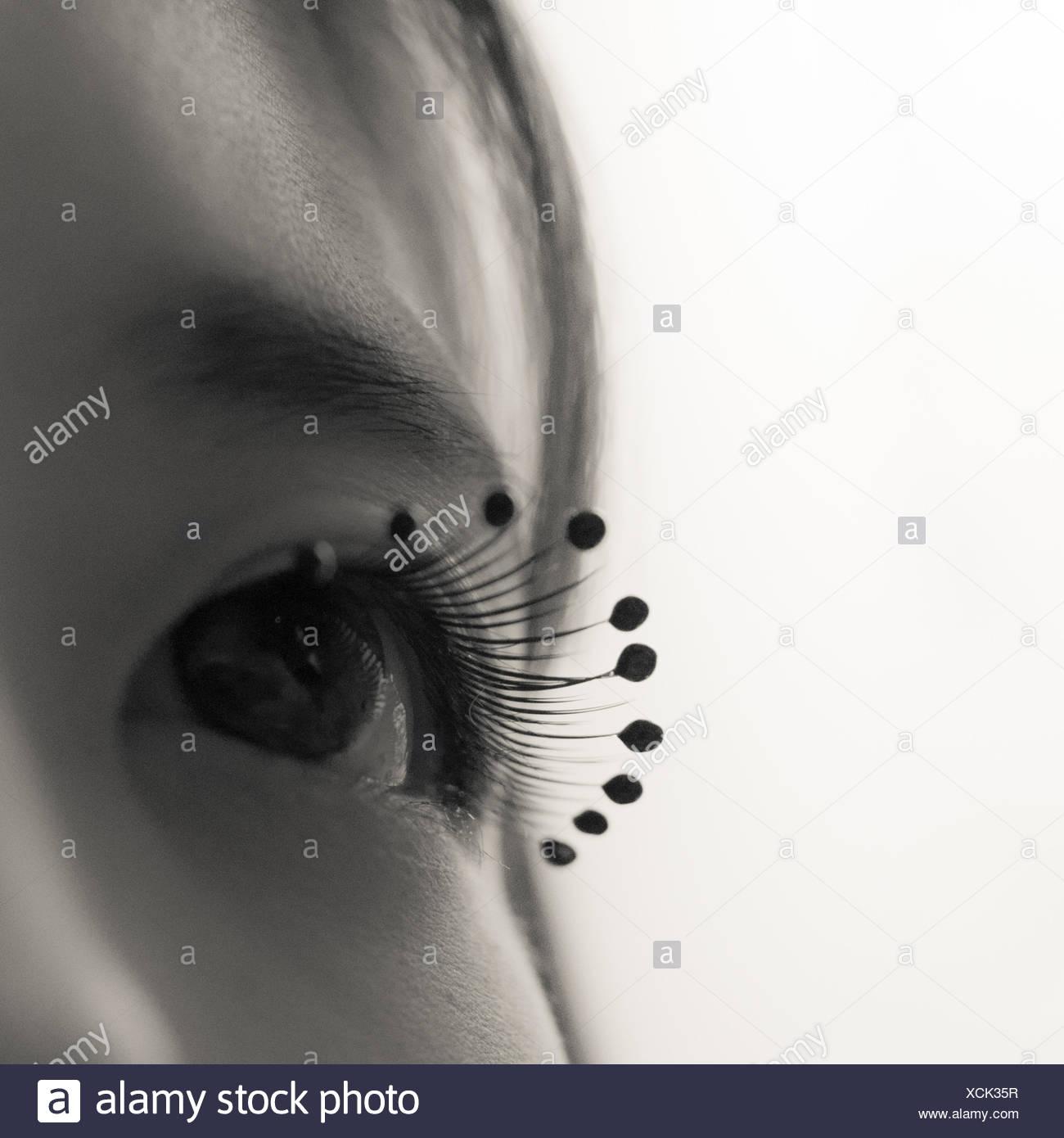 Primer plano de la mujer vistiendo pestañas microesferas de gota Imagen De Stock