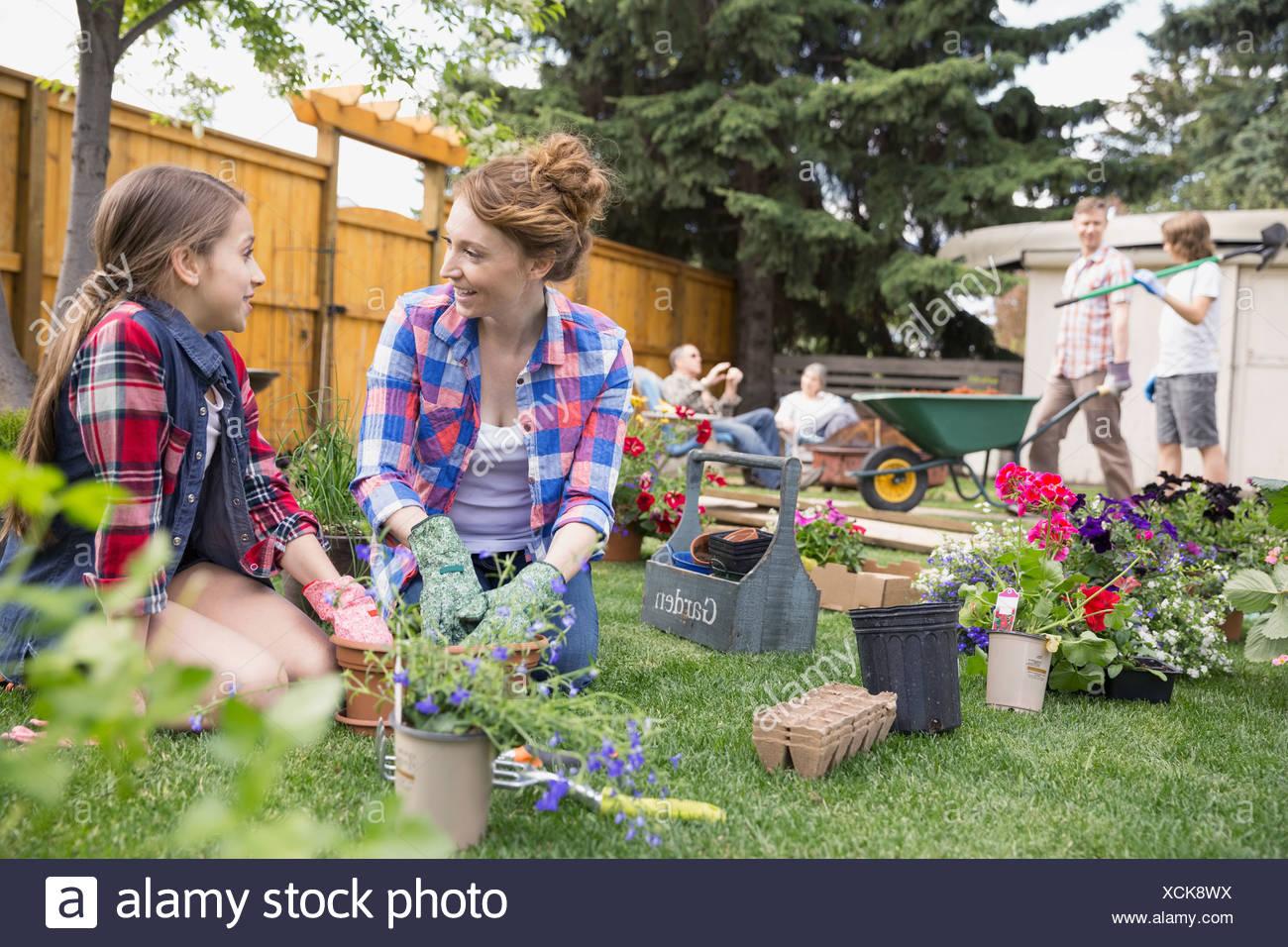 Madre e hija de plantar flores en el jardín Imagen De Stock