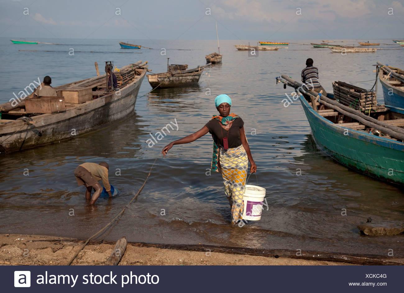 Mujer llevando un balde de agua, Burundi, Mvugo, Nyanza Lac Imagen De Stock