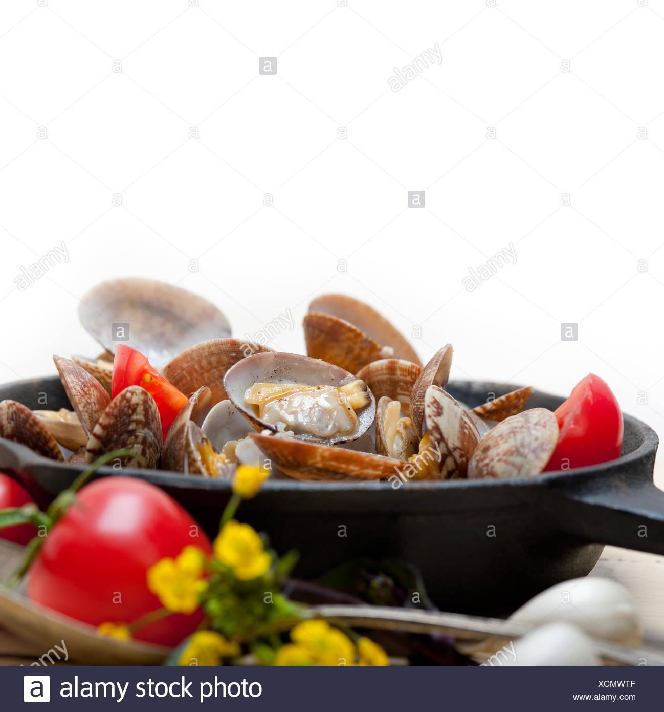 Almejas frescas en una sartén de hierro Foto de stock
