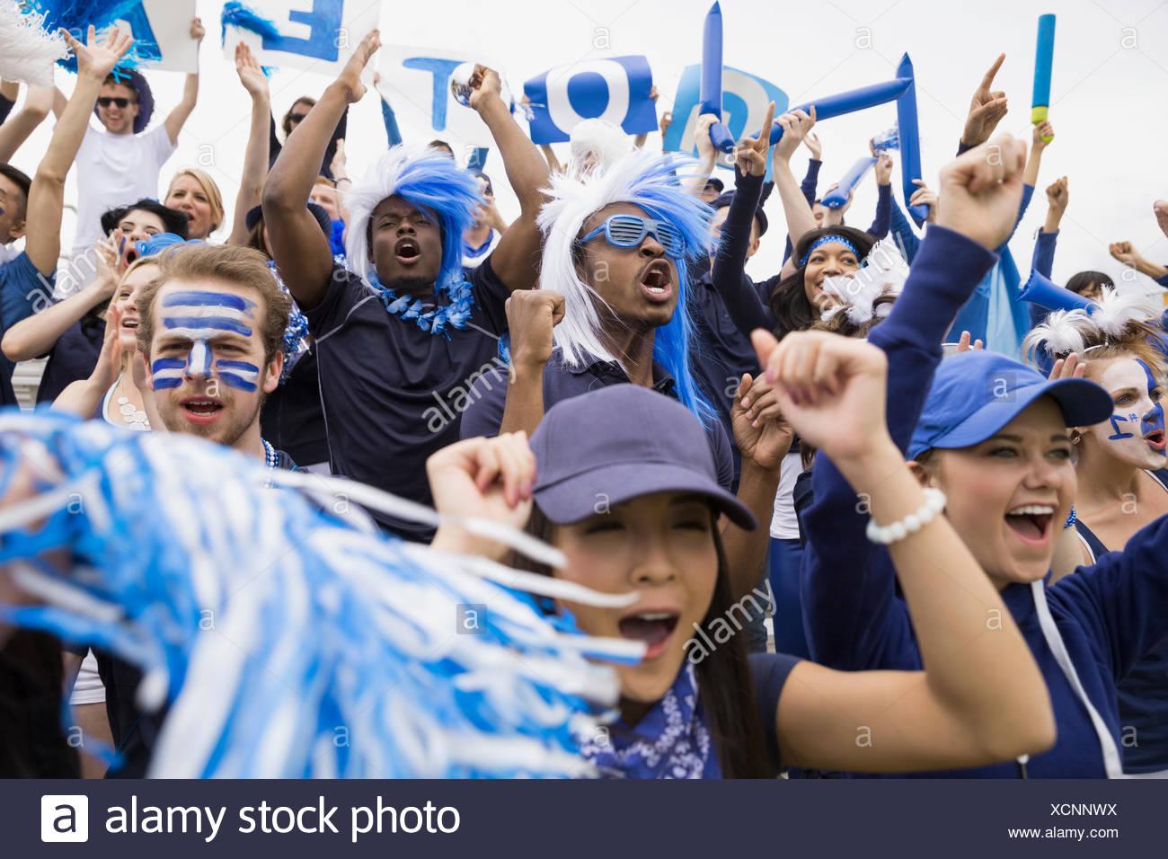 Muchedumbre entusiasta en azul vitoreando en evento deportivo Imagen De Stock