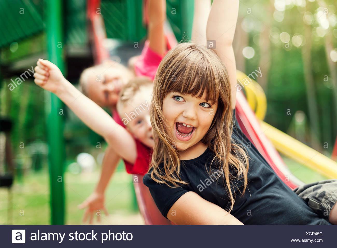 Los niños divirtiéndose en la diapositiva, Debica, Polonia Imagen De Stock