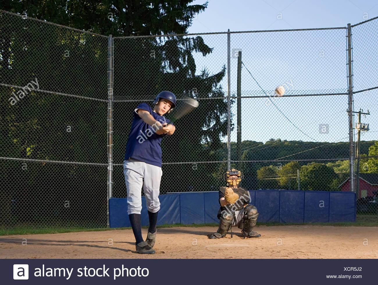 Adolescente oscilante al pelota Foto de stock