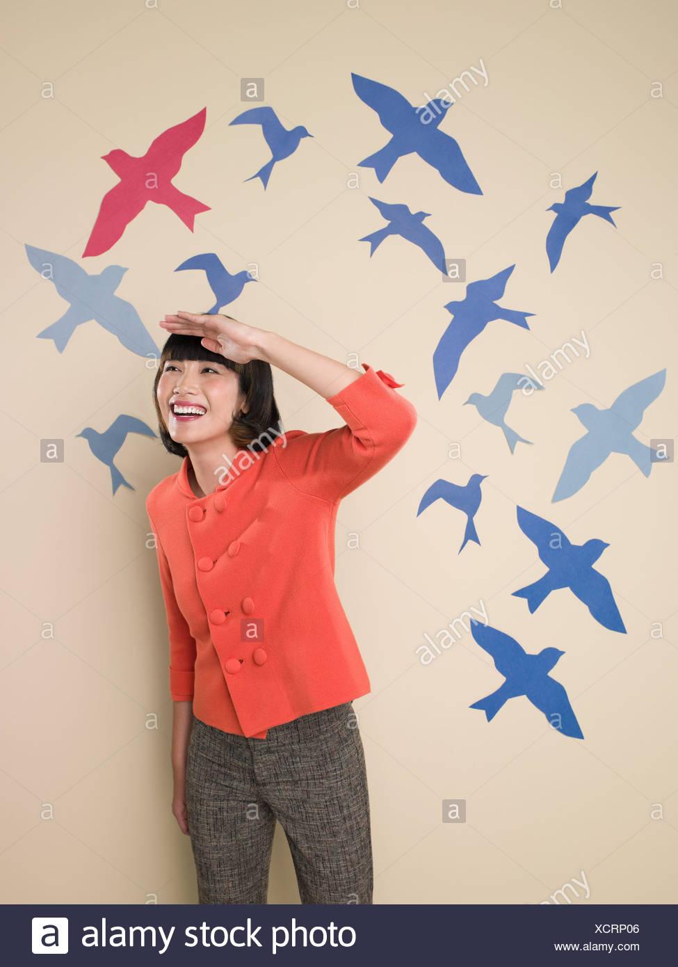 Mujer con el telón de fondo de las aves Imagen De Stock