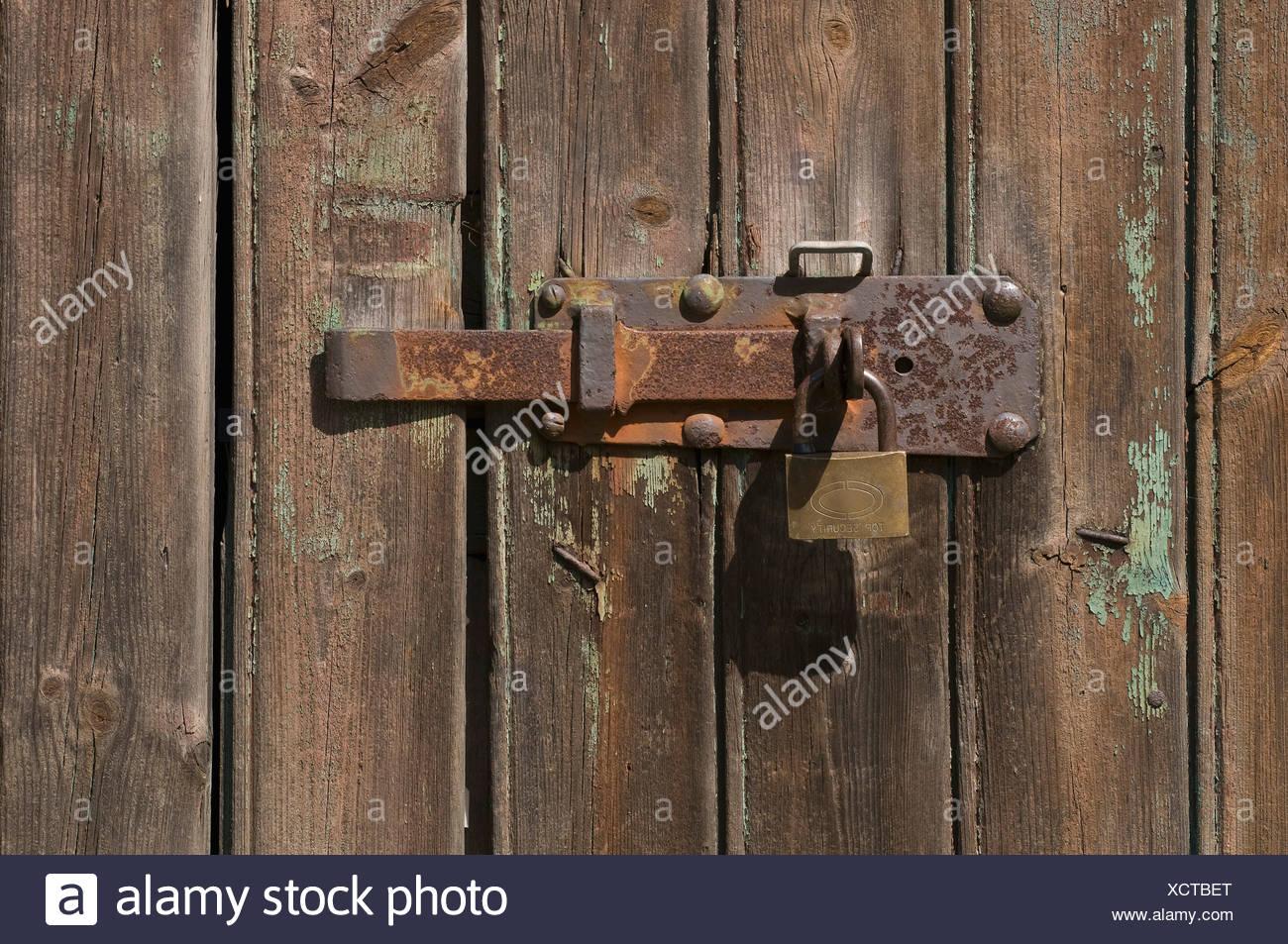 Pestillo de metal oxidado en un cobertizo puerta Imagen De Stock