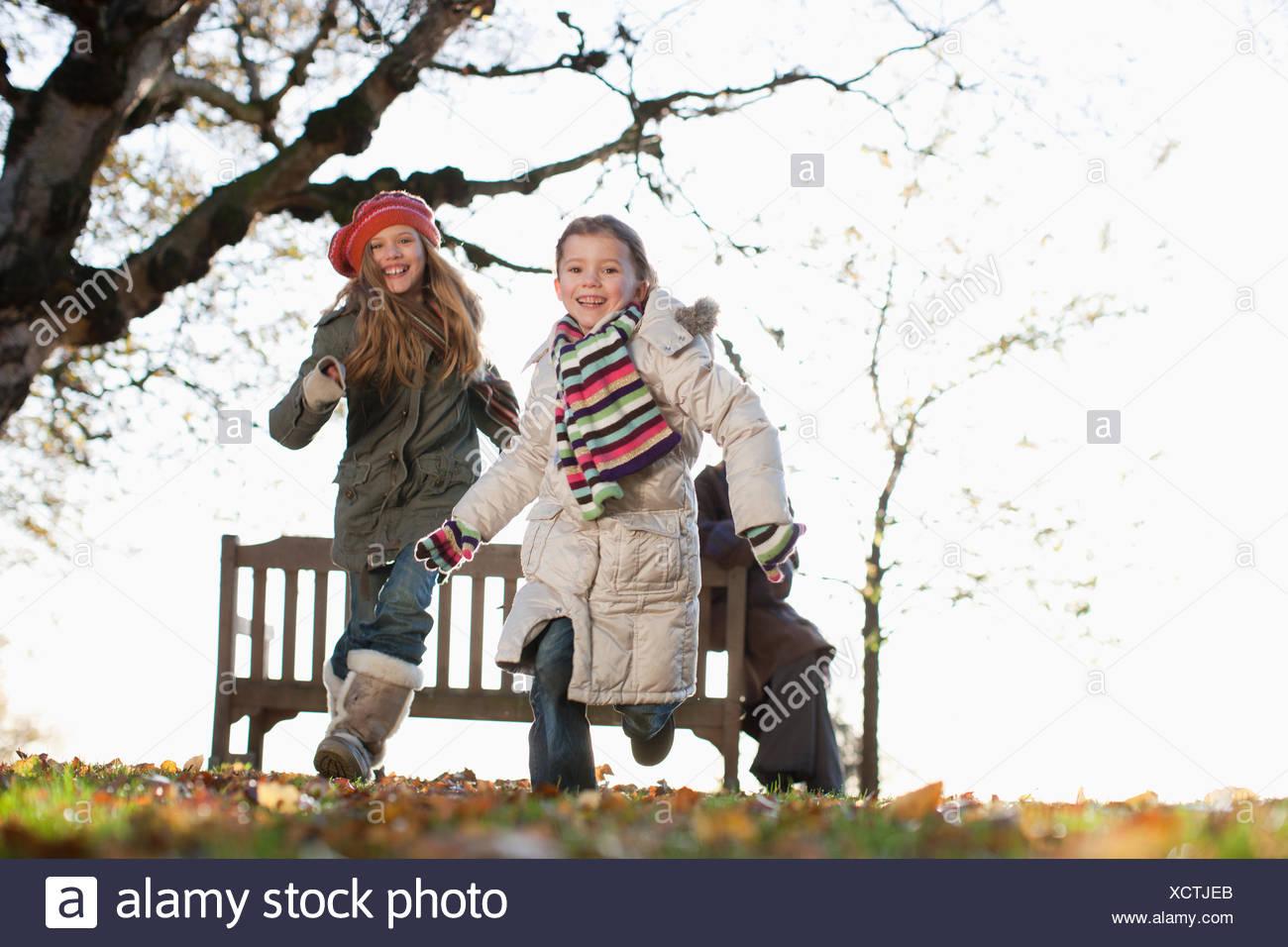 Dos hermanas jugar afuera en el otoño Imagen De Stock