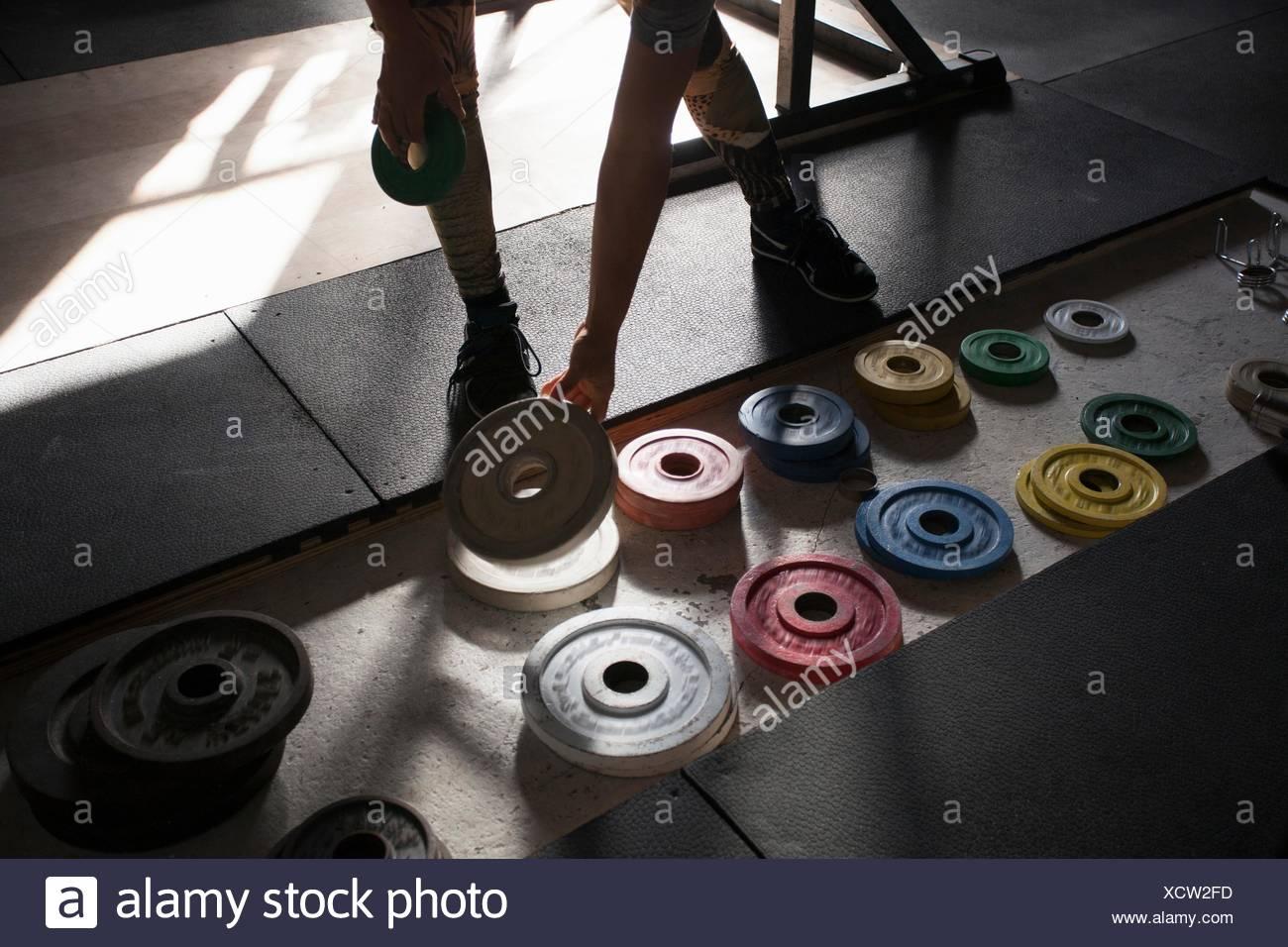 Mujer elegir la placa de peso Imagen De Stock