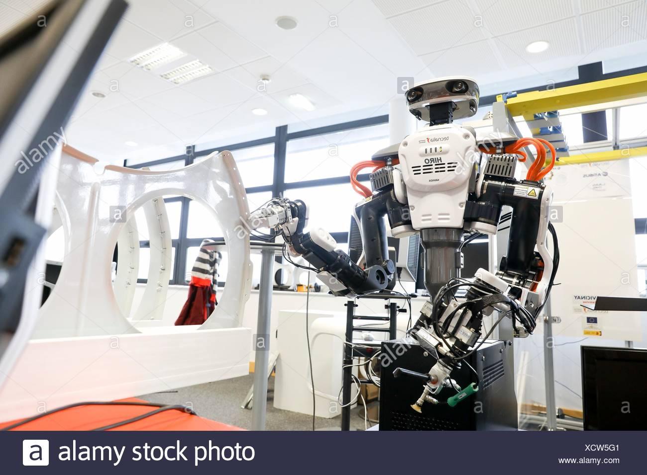 Robot con dos brazos para robótica flexible. Robot humanoide para montaje en automoción tareas en colaboración con personas, industria, Tecnalia Research & Foto de stock