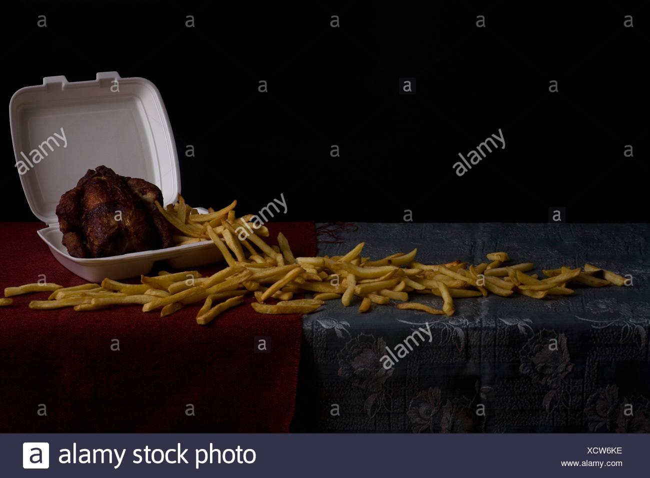 Patatas fritas y pollo asado, bodegón Imagen De Stock