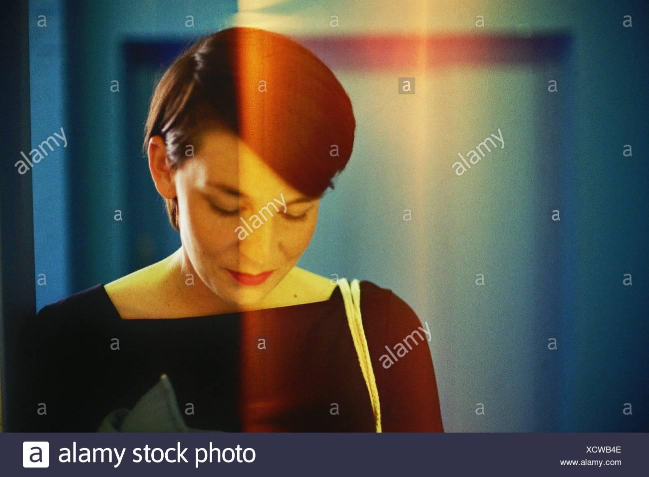 Primer plano de mediados de mujer adulta mirando hacia abajo Imagen De Stock