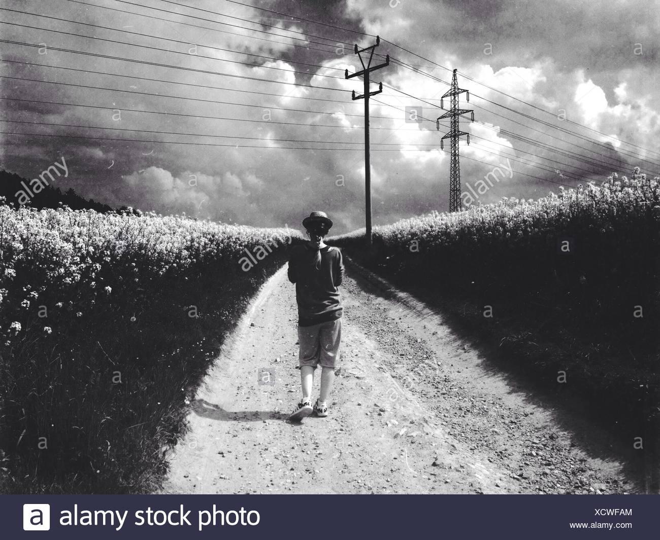Mujer caminando por el campo Imagen De Stock