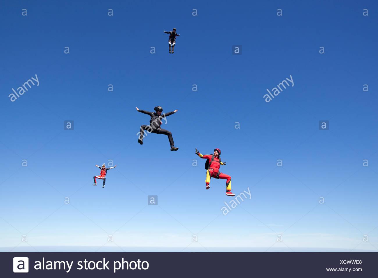 La gente paracaidismo sobre las nubes Foto de stock