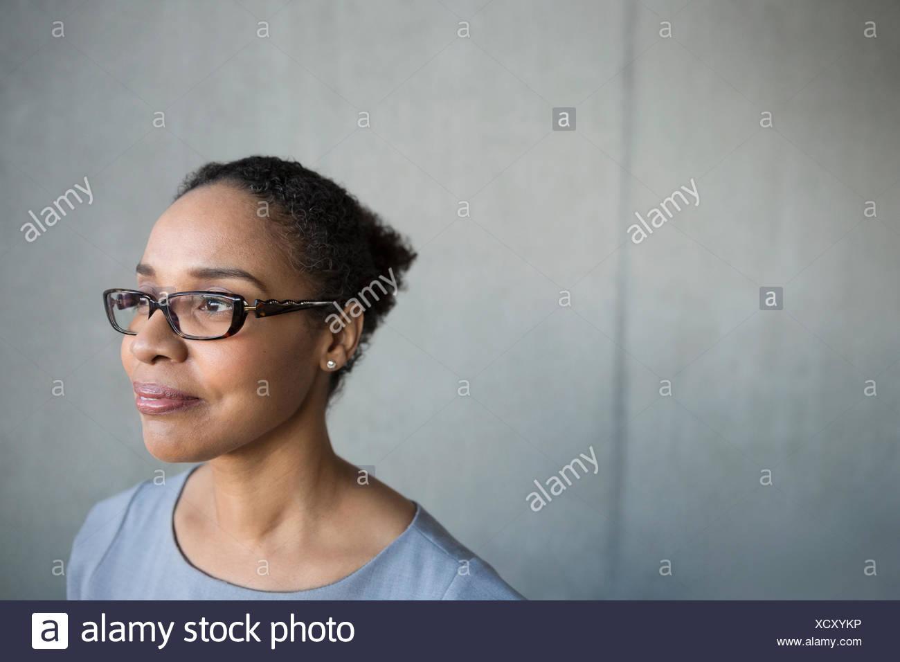 875d82b9e5 Pensativo empresaria cabello negro anteojos mirando lejos Imagen De Stock