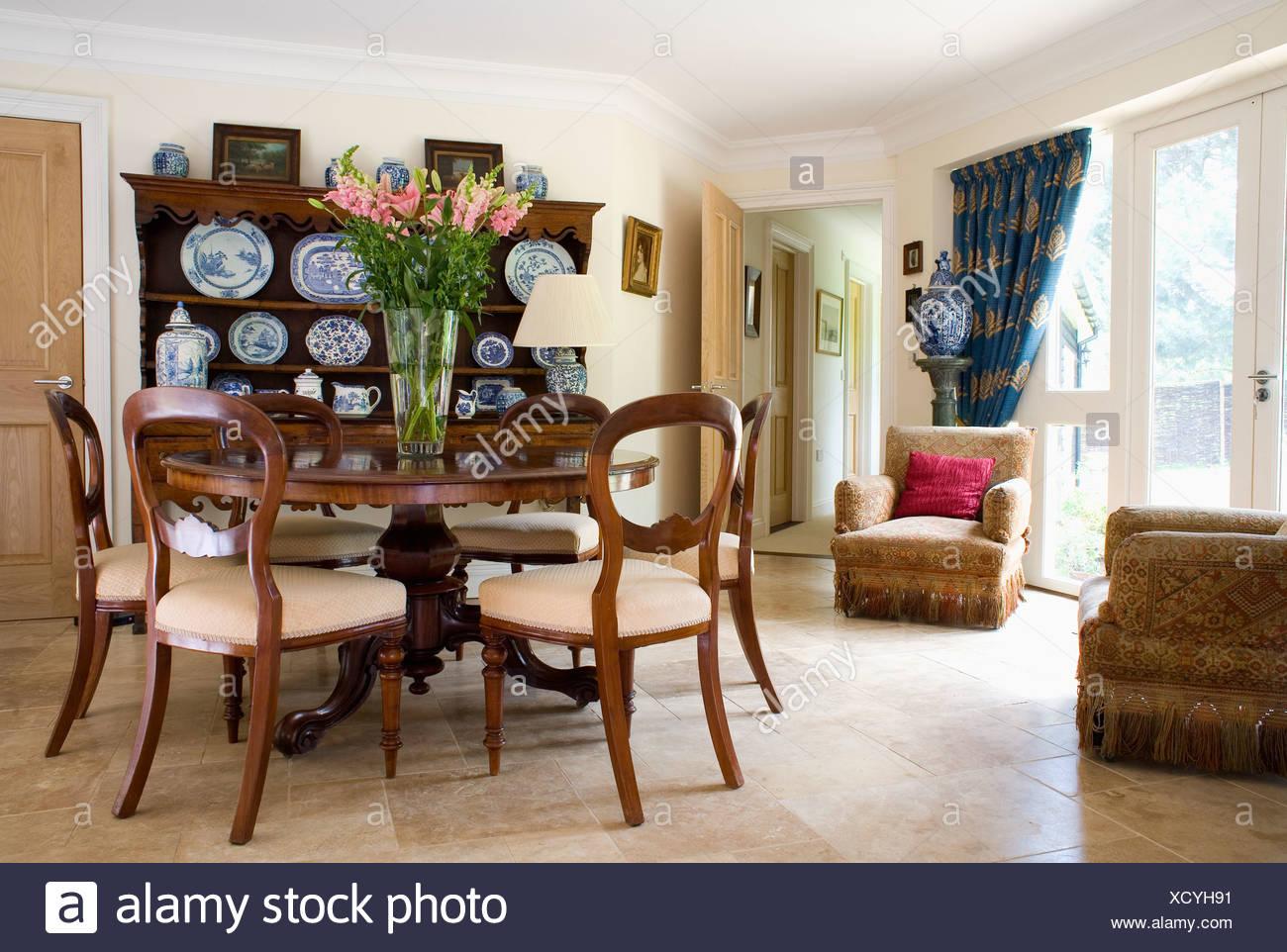 La mesa circular de antigüedades con muebles antiguos de globo-back ...