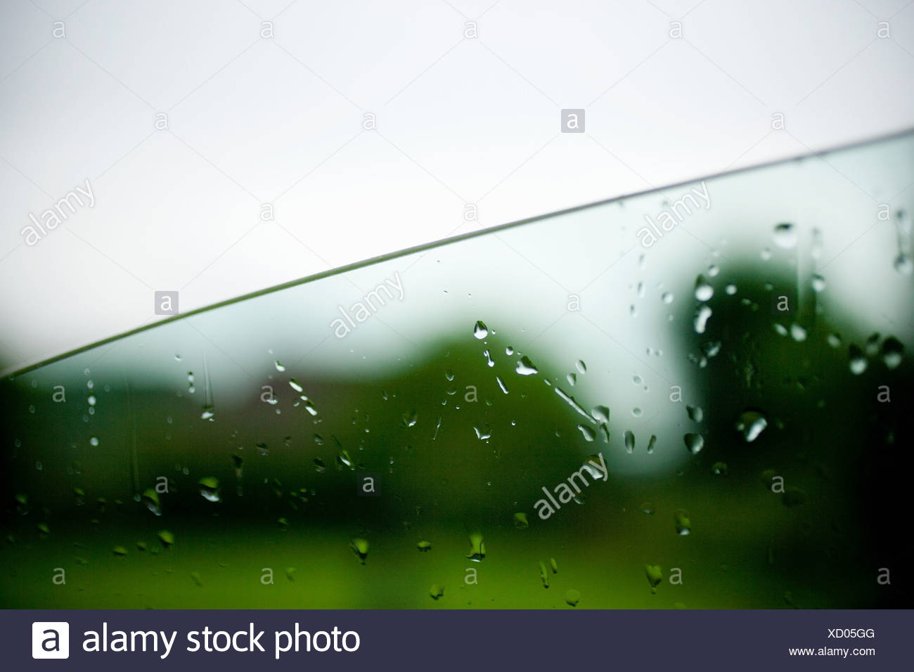 Las gotas de lluvia sobre la ventana de coche Imagen De Stock