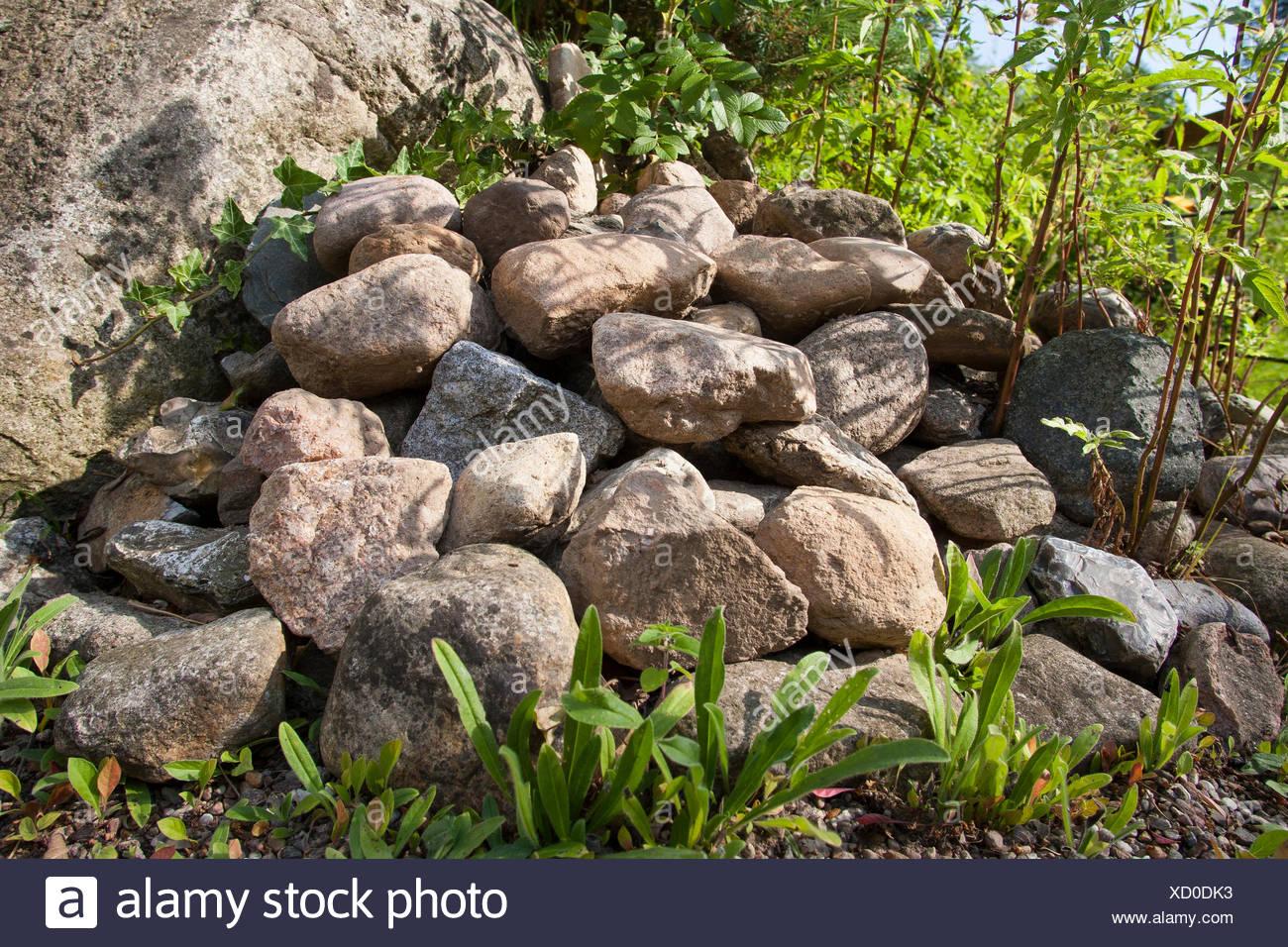 Montón de piedras en un jardín, hábitat para animales , Alemania Imagen De Stock