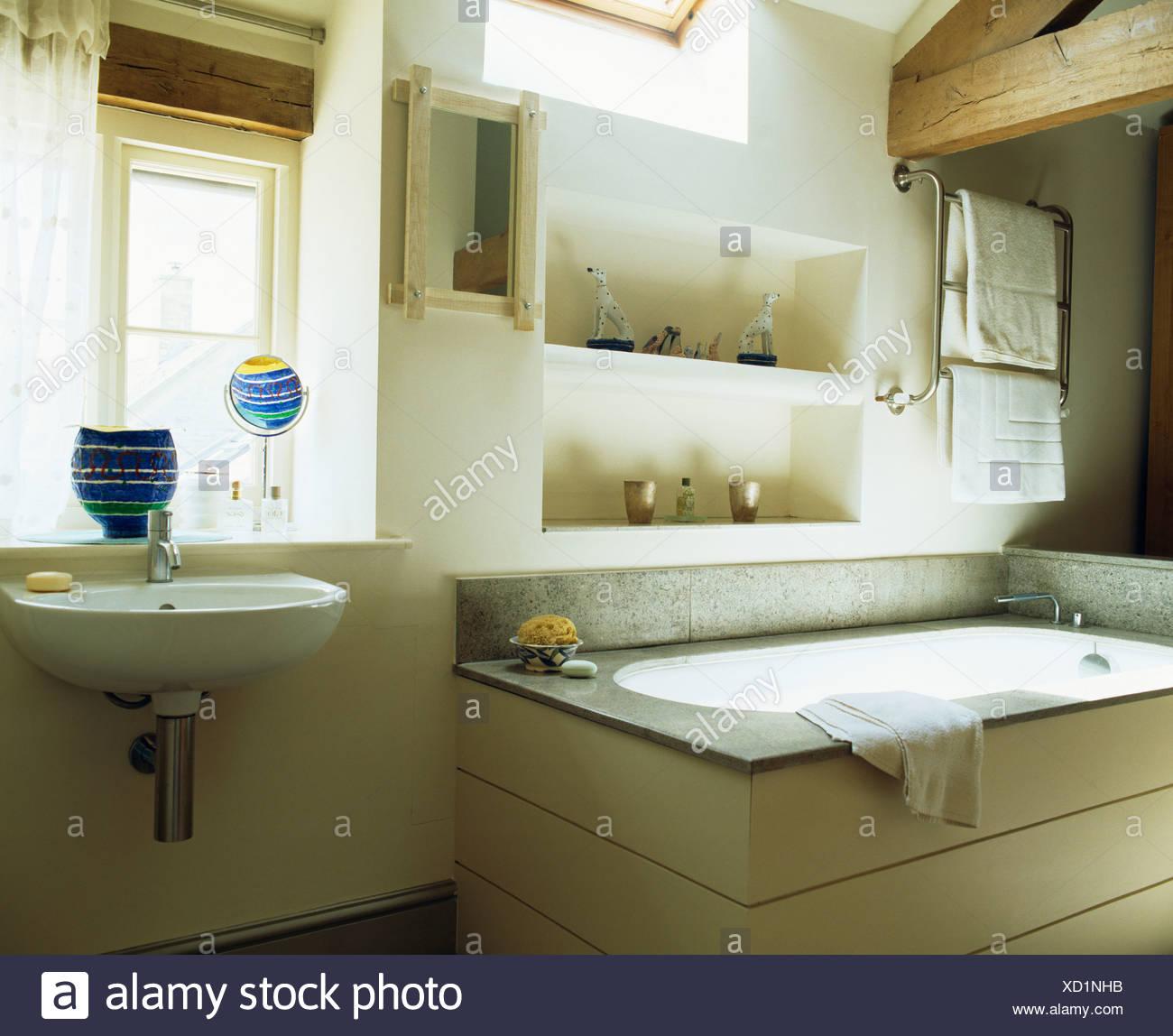 Alcove estanterías sobre la bañera en el cuarto de baño del ...