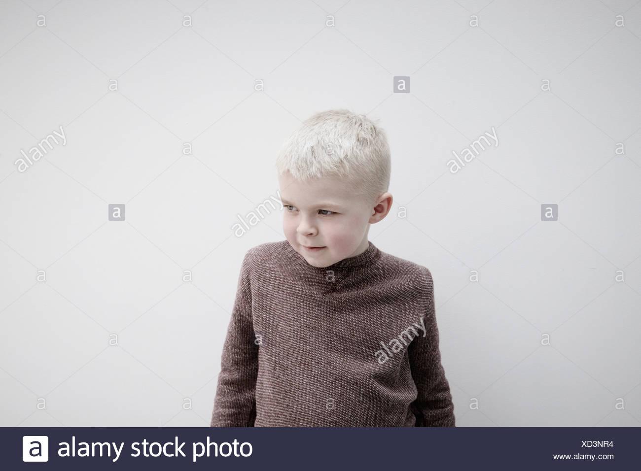 Retrato de niño usando brown puente, mirando a otro lado Imagen De Stock