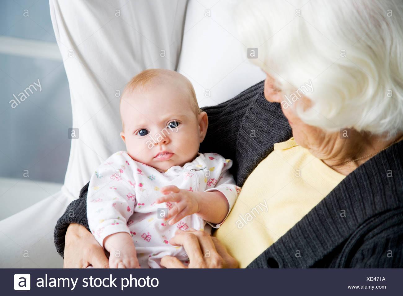 Una abuela sosteniendo su nuevo nieto Imagen De Stock