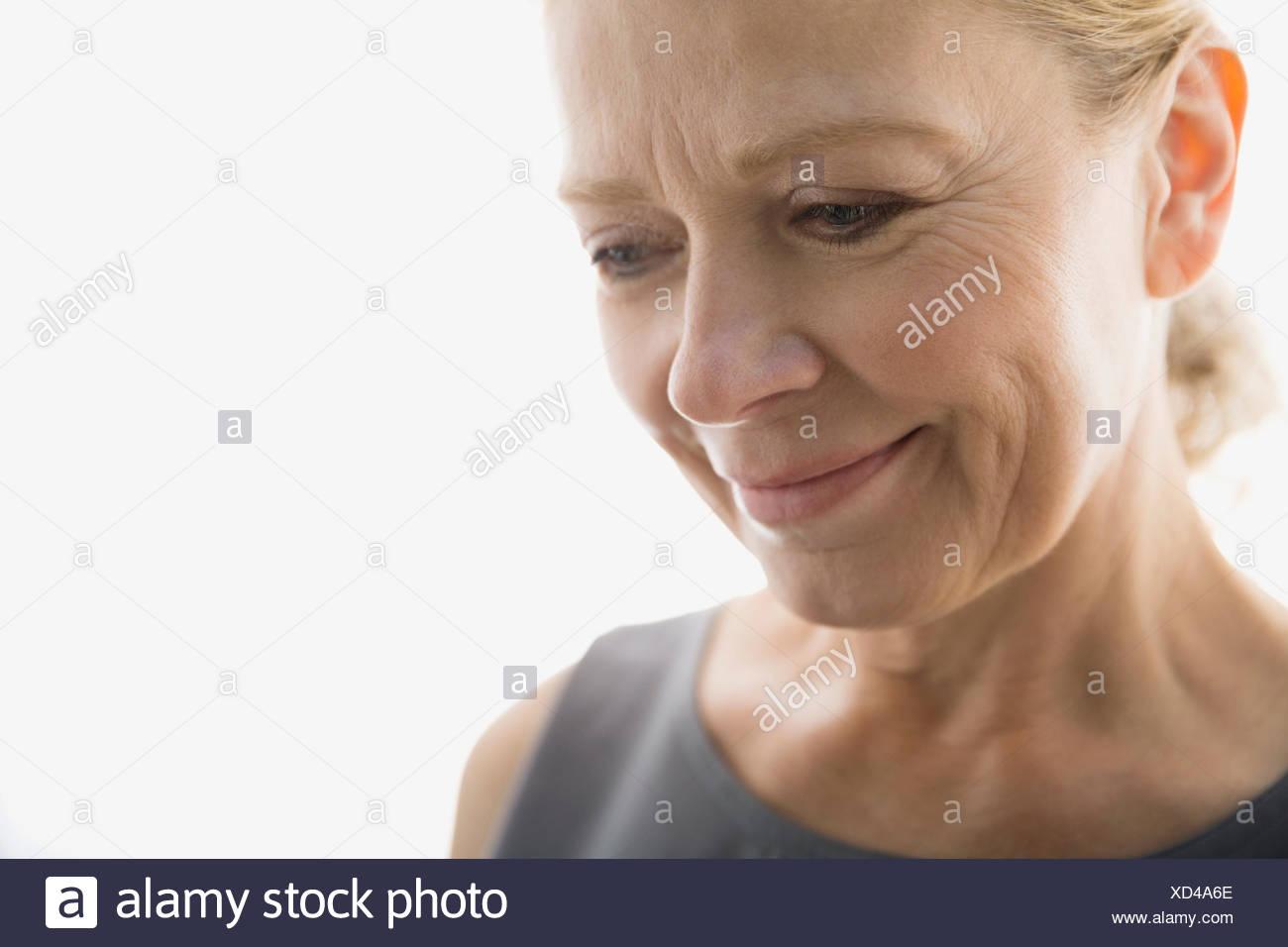 Close Up retrato de mujer sonriente mirando hacia abajo Imagen De Stock
