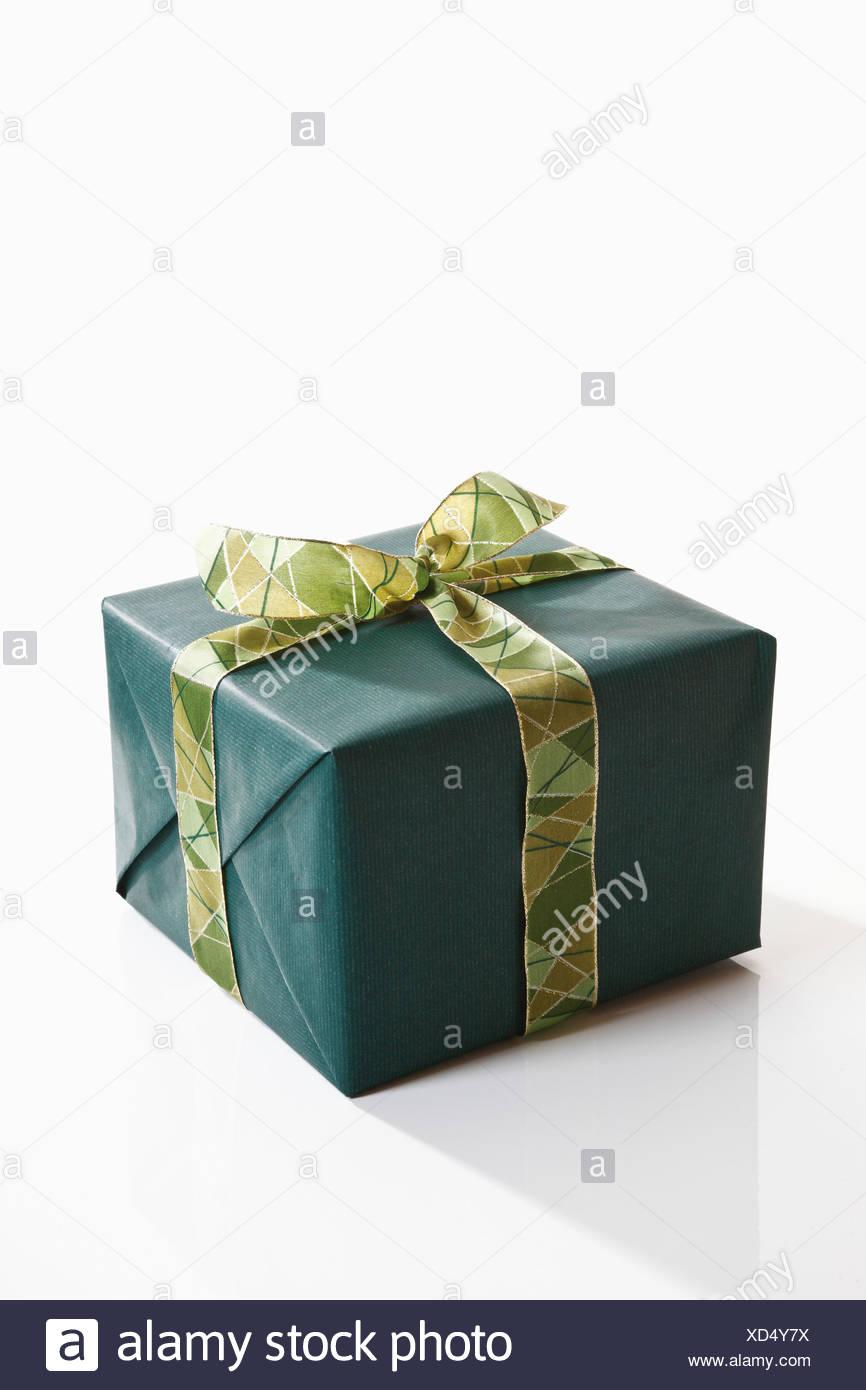 Envoltorio de regalo con papel de regalo verde Imagen De Stock