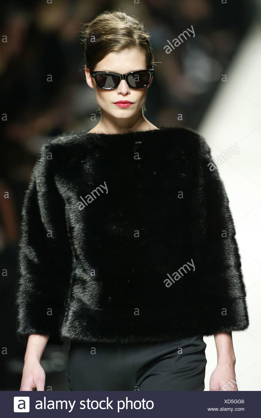 351ffcdb15 Celine Paris listo para ponerse Otoño Invierno modelo morena pelo negro  cara gafas de sol y