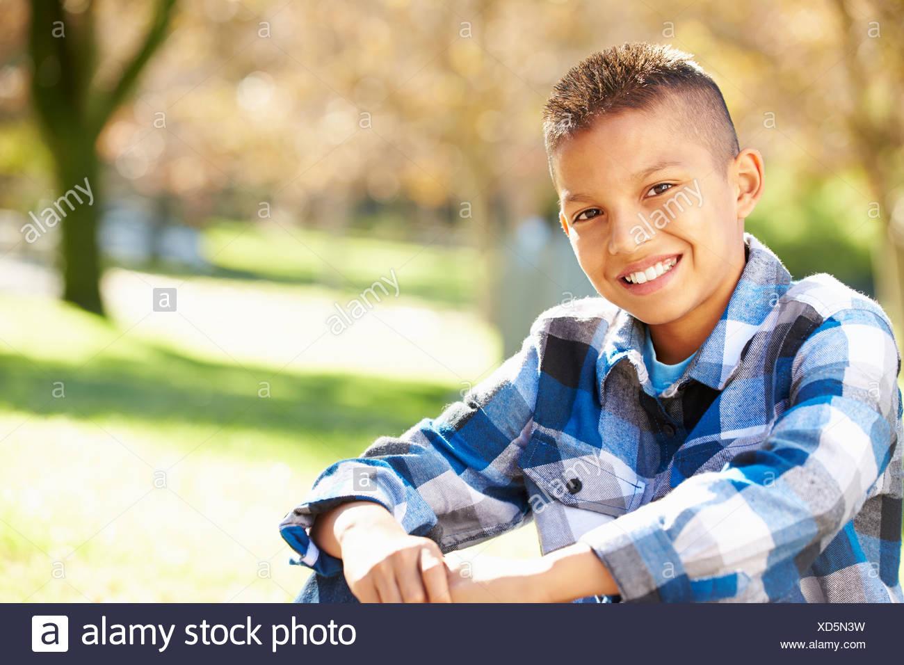 Retrato de niño hispano en el campo Imagen De Stock