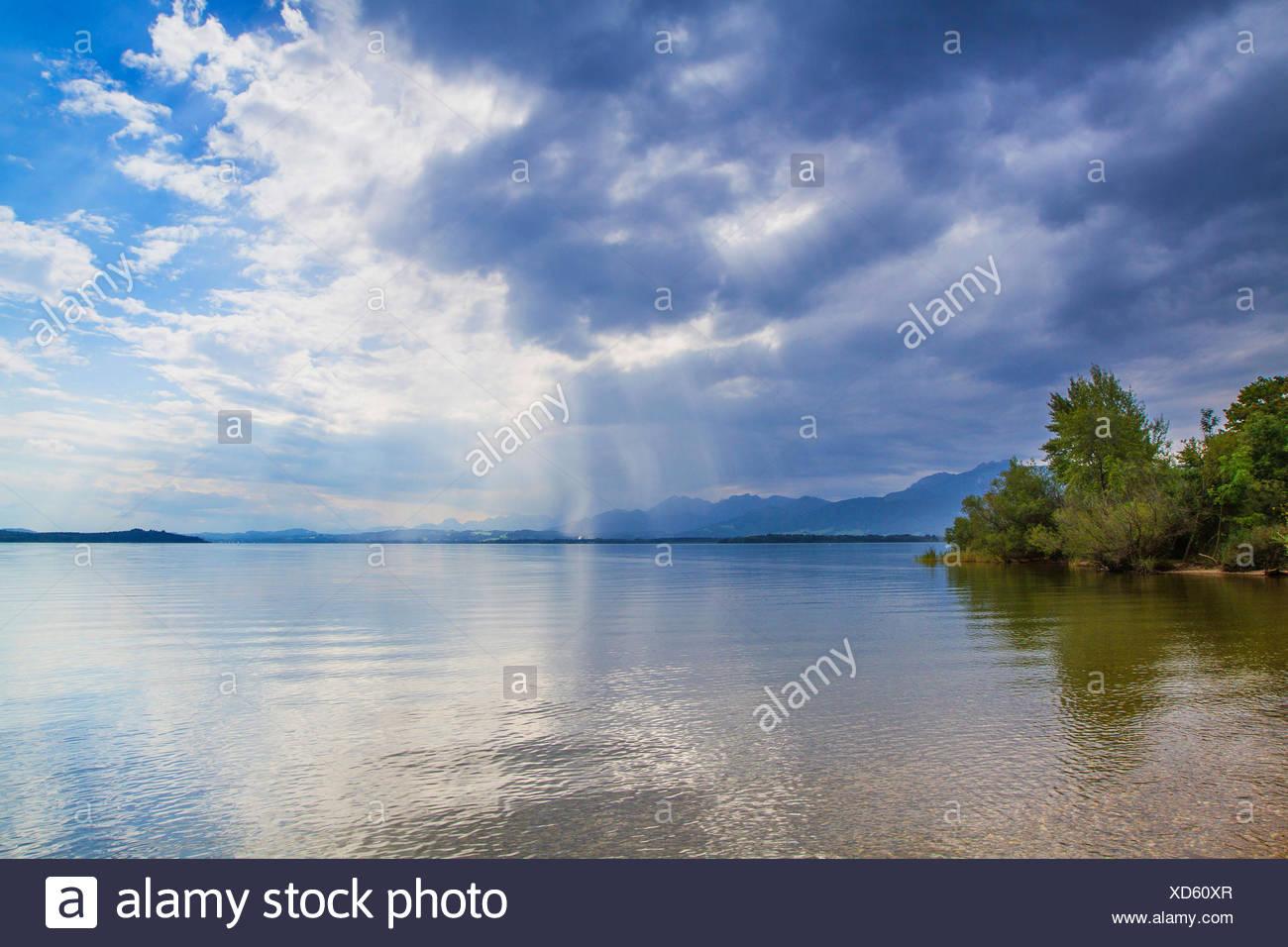 Acercando una tormenta sobre el lago, Alemania, Baviera, el lago Chiemsee Imagen De Stock