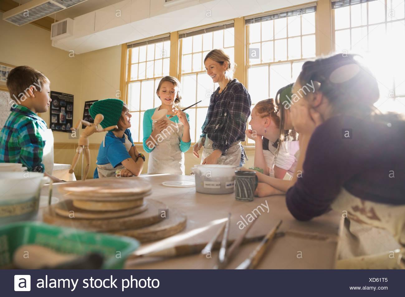 Estudiante practicando técnicas de vidriado Imagen De Stock
