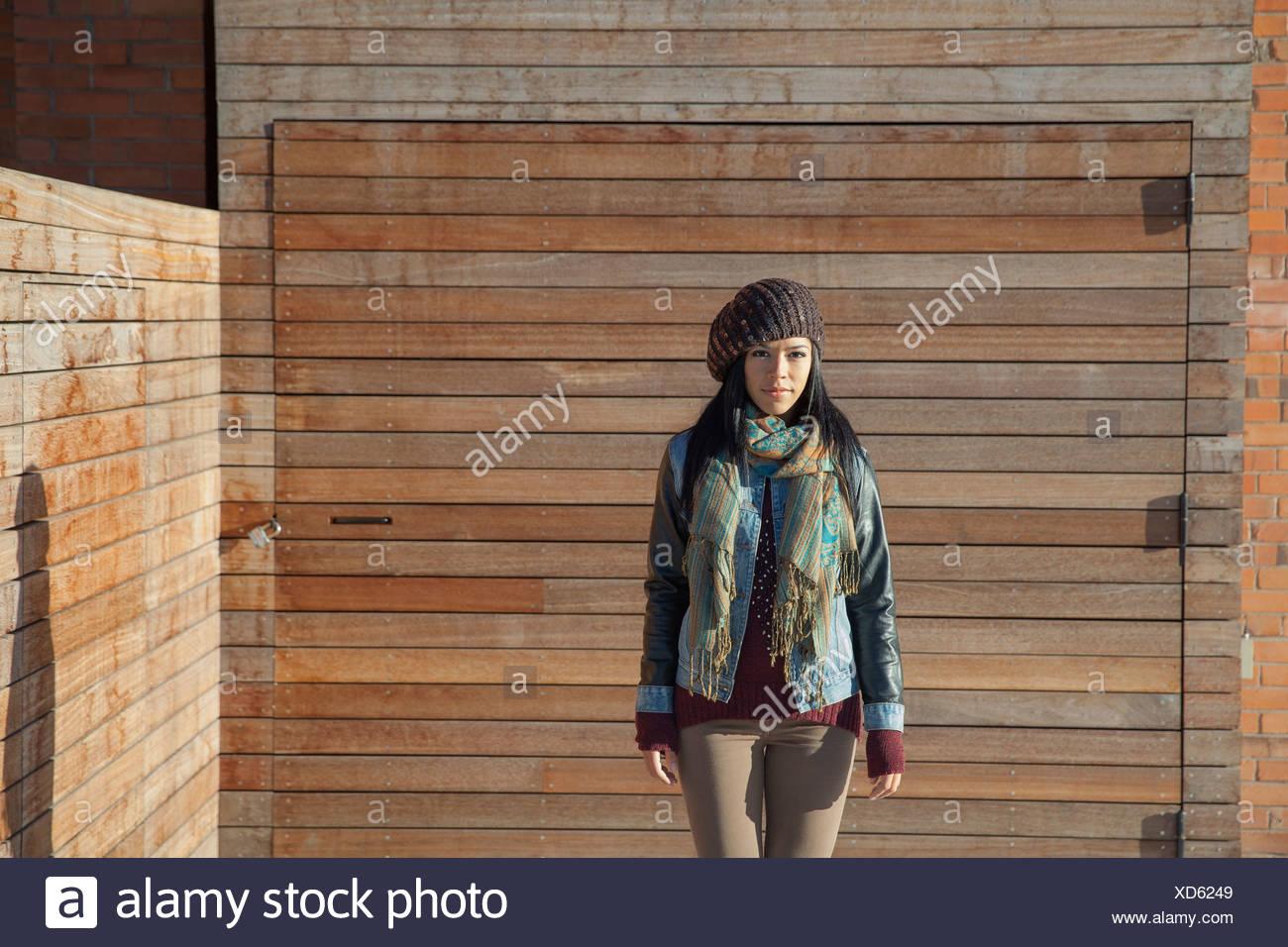 Mujer de pie con paneles de madera en el exterior Imagen De Stock