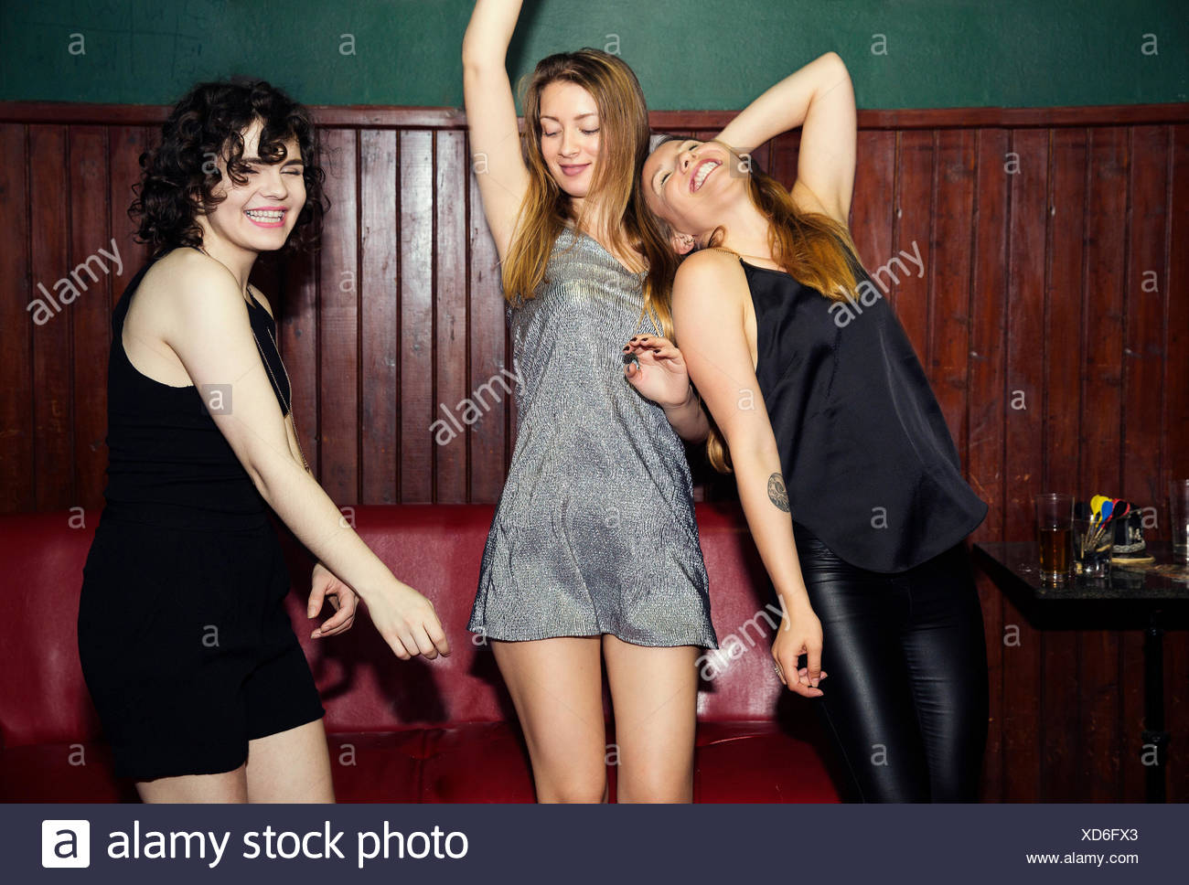Tres mujeres adultas amigos bailando juntos en el club Imagen De Stock