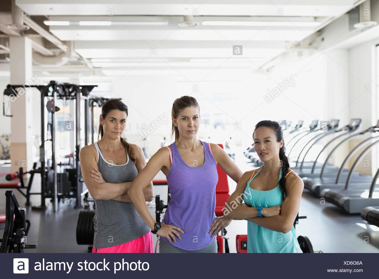 Retrato mujer expresando la actitud confiada en el gimnasio Imagen De Stock