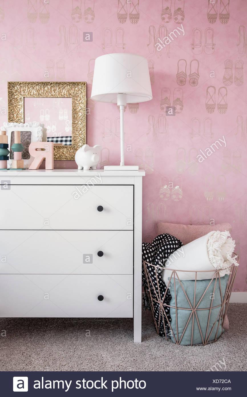 Papel tapiz rosa pastel y decoración en dormitorio Foto de stock