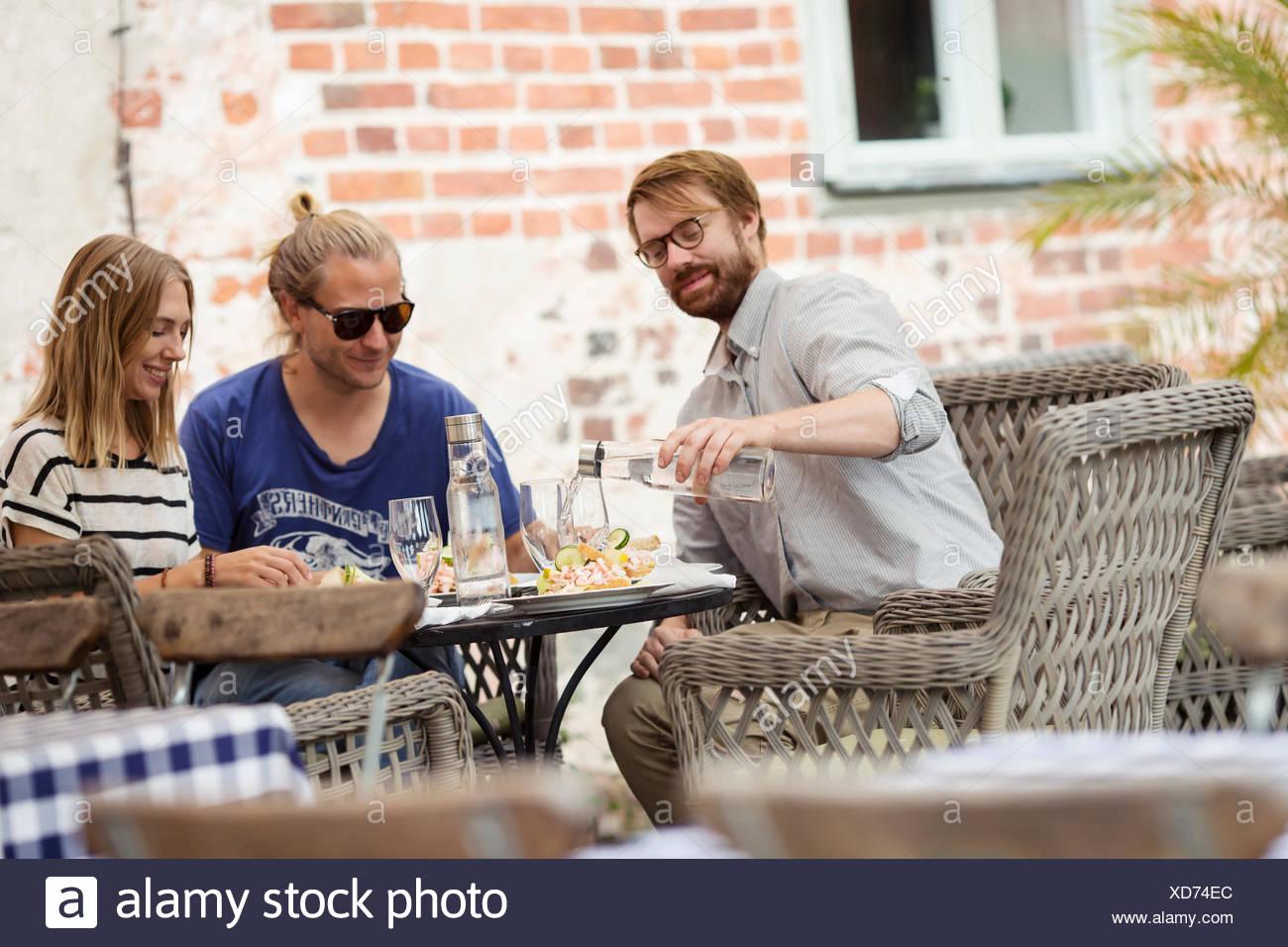 Suecia, Skane, tres personas en el cafe almorzar Imagen De Stock