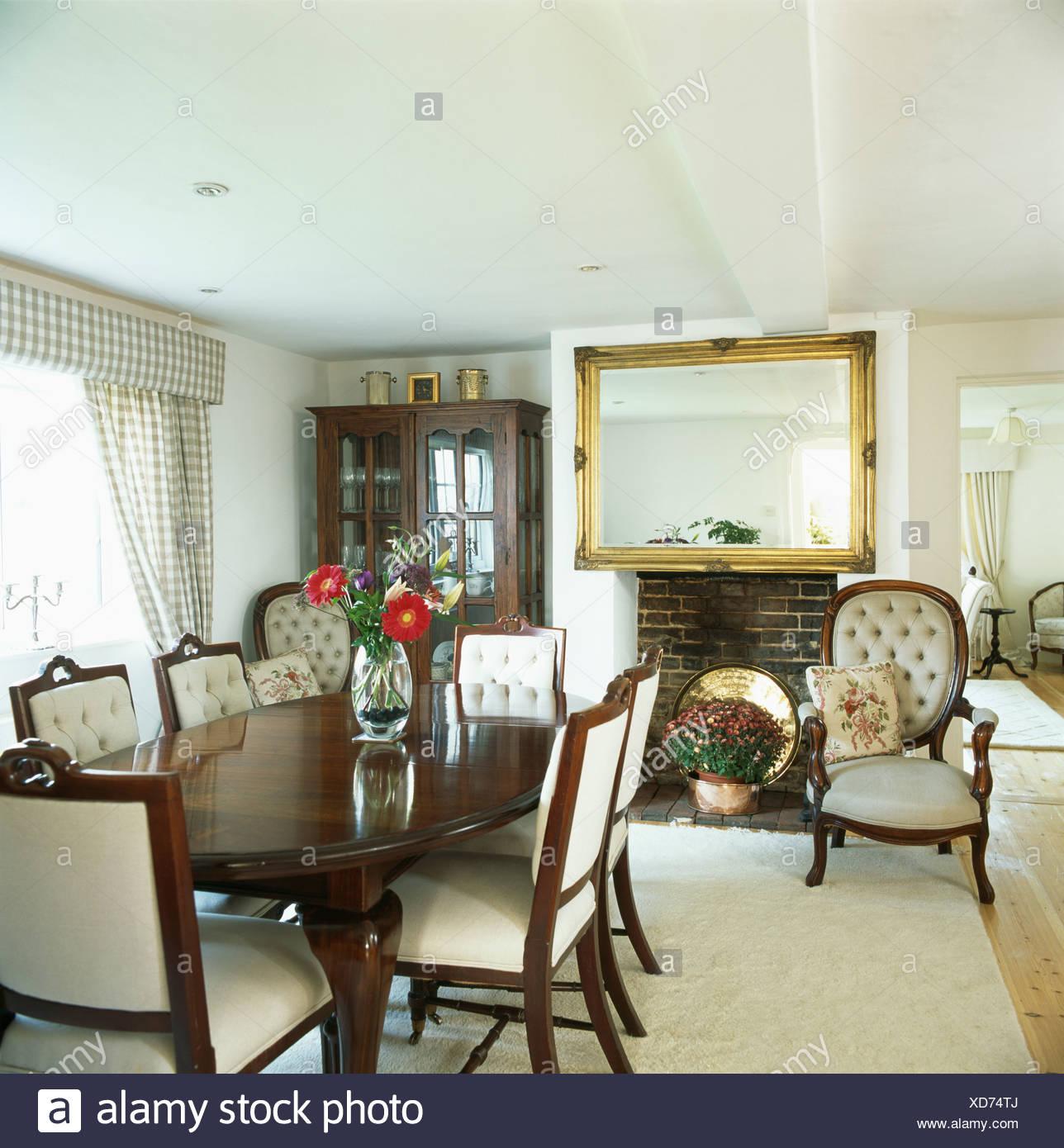 Crema sillas de comedor tapizadas y mesa antigua en blanco país ...