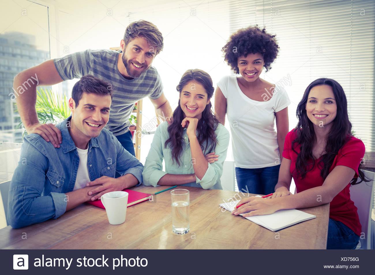 Retrato de un sonriente equipo empresarial mirando la cámara Imagen De Stock