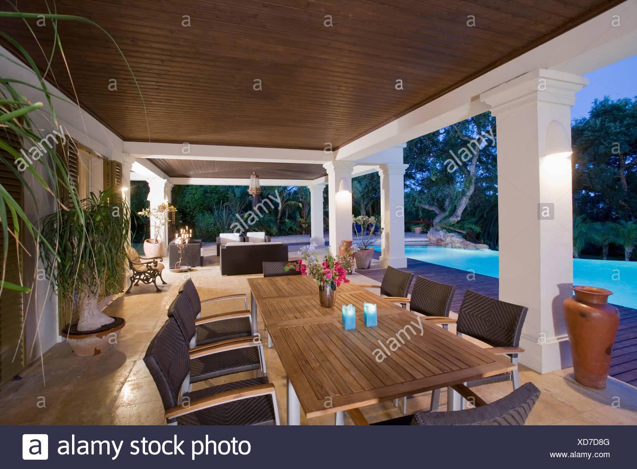 Mesa De Comedor Y Sillas En La Terraza Junto A La Piscina De