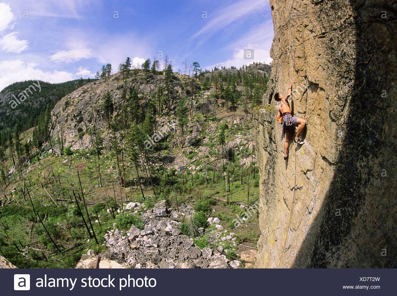 Hombre subiendo simplemente regodearse, 5.11. Diamond Back, Skaha Bluffs. Penticton, British Columbia, Canadá. Imagen De Stock