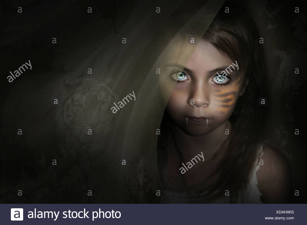 Imagen de fantasía con niño con colmillos y un tigre en el fondo detrás de ella. Imagen De Stock