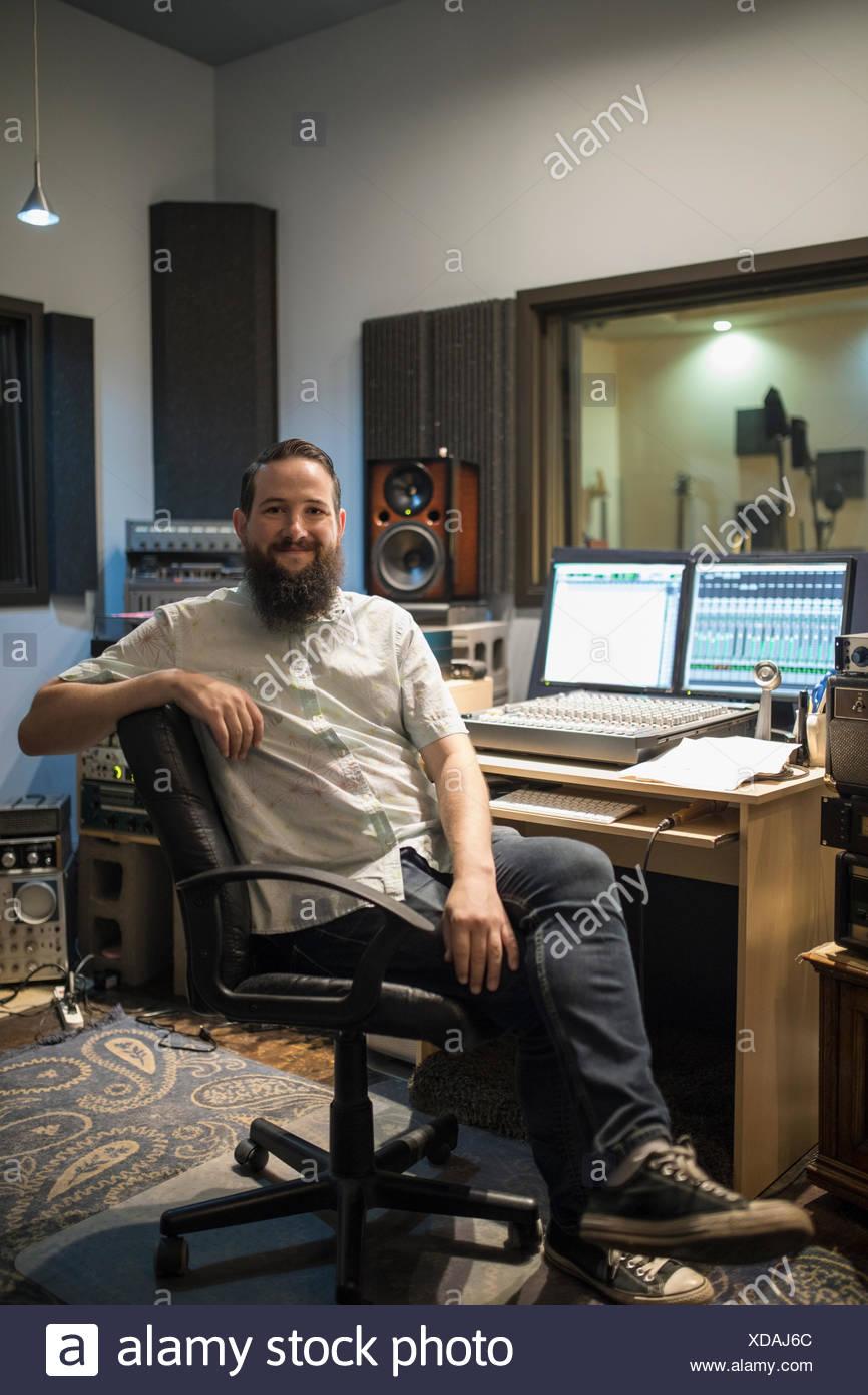 Retrato masculino confiado el productor musical en estudio de grabación Foto de stock