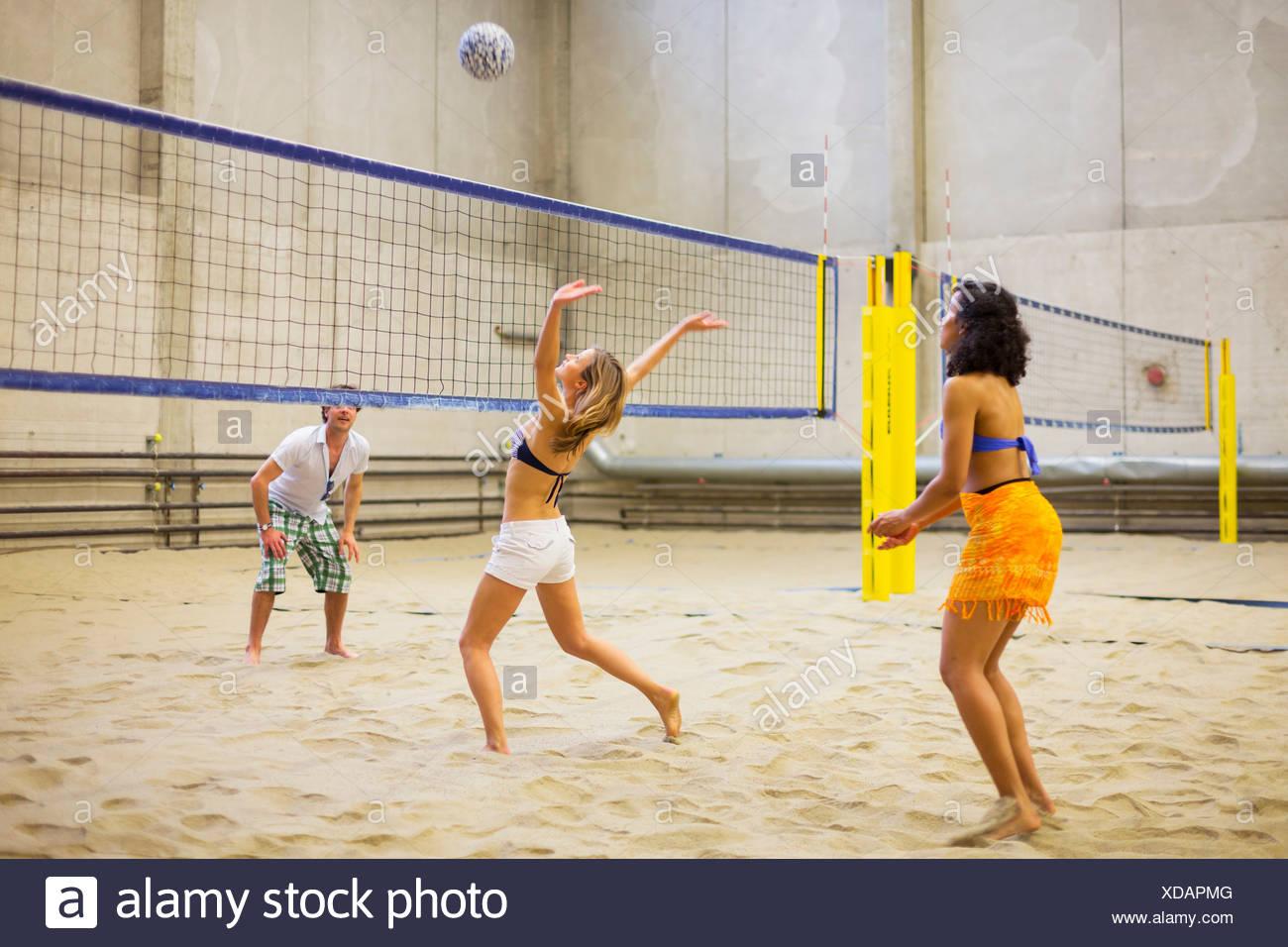 Amigos jugando voleibol de playa interiores Imagen De Stock